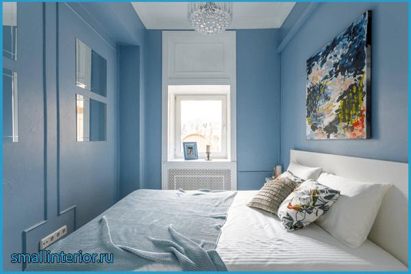 Монохромная голубая спальня