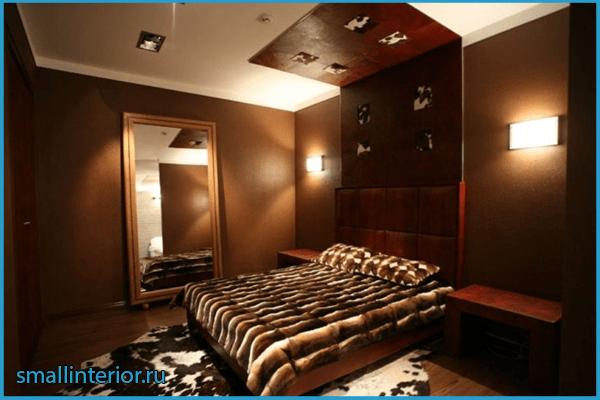Оформление потолка в коричневой спальне